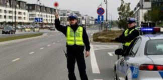 Policja zatrzymujaca w terenie zabudowanym