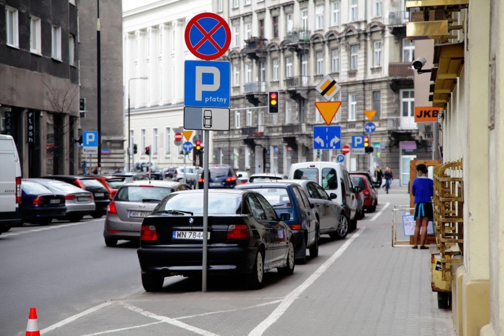 Znak zakazu parkowania i parking