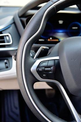 BMW i8 - sterowanie z kierownicy