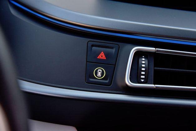 BMW i8 - włącznik świateł awaryjnych