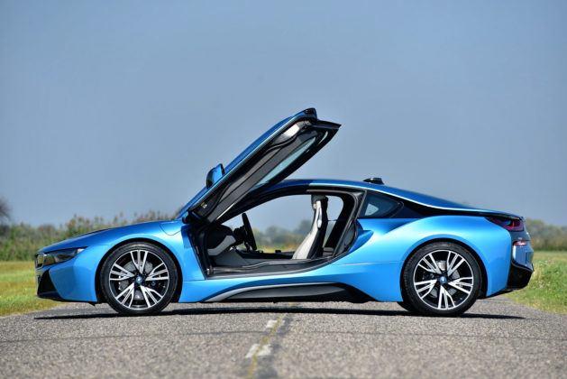 BMW i8 - bok, otwarte drzwi