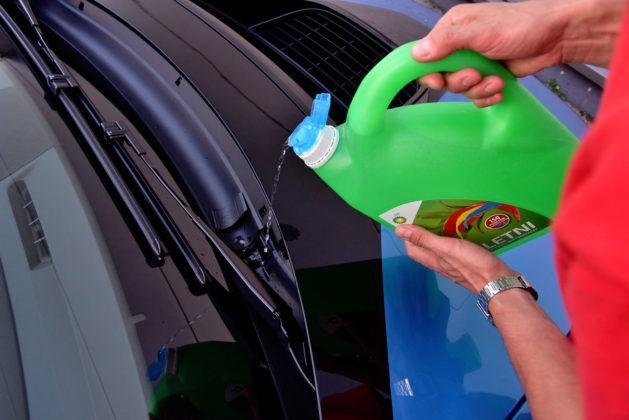 BMW i8 - dolewanie płynu do spryskiwaczy