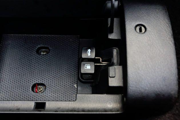 Mazda MX-5 - wnętrze schowka w konsoli środkowej