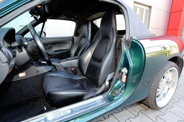 Mazda MX-5 - wnętrze, zamknięty dach