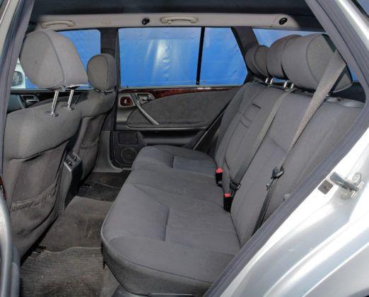 Mercedes Klasy E W210 - tylna kanapa