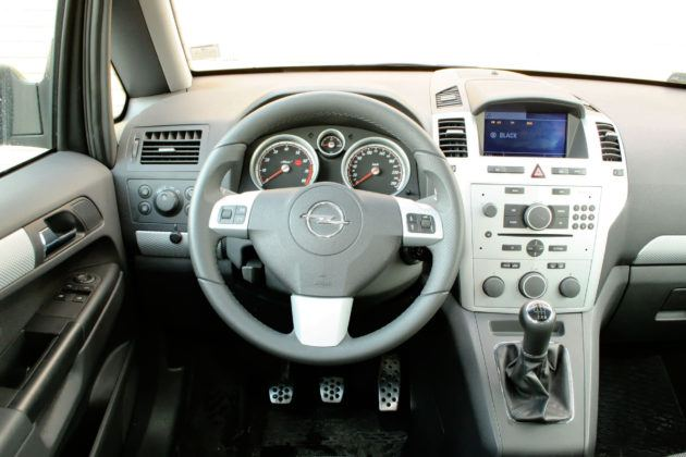 Używany Opel Zafira - deska rozdzielcza
