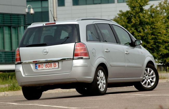 Używany Opel Zafira - sylwetka tył