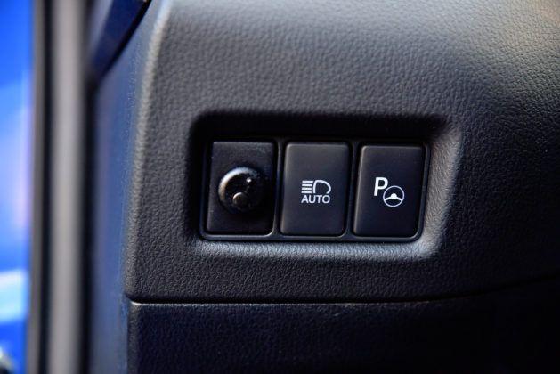 Toyota C-HR - przyciski sterowania światłami i czujnikiem parkowania