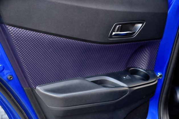 Toyota C-HR - tapicerka tylnych drzwi