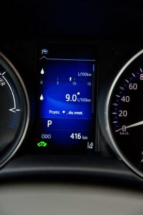 Toyota C-HR - wyświetlacz środkowy, spalanie