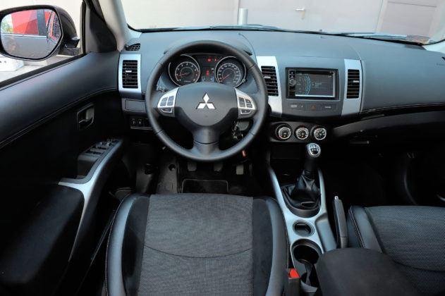 Mitsubishi Outlander - deska rozdzielcza