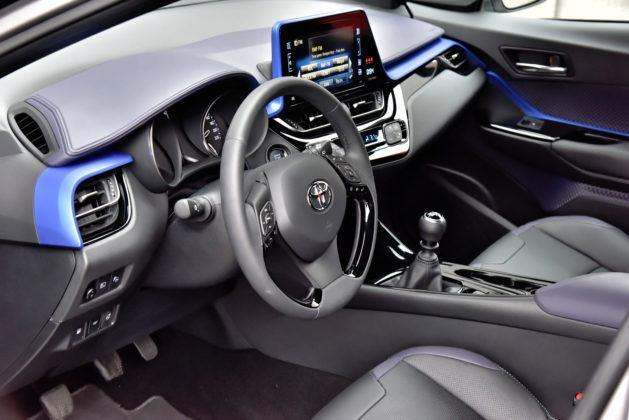Toyota C-HR 1.2 Turbo - wnętrze