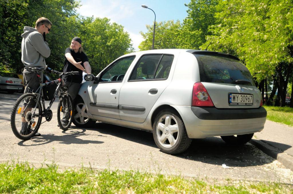 Uszkodzone auto przez rowerzystę