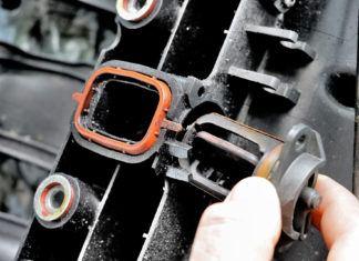Urwana klapka dolotu niszczy silnik! Jak zapobiec awarii klap kolektora?