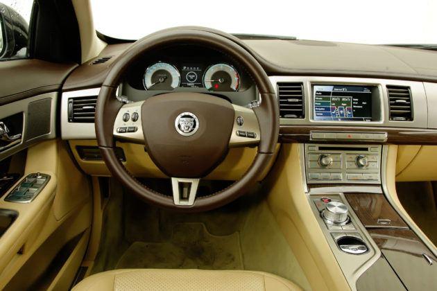 Jaguar XF - deska rozdzielcza