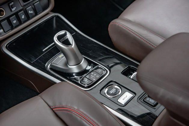 Mitsubishi Outlander PHEV - dźwignia zmiany biegów
