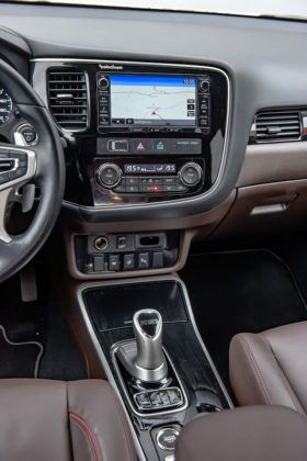 Mitsubishi Outlander PHEV - konsola środkowa