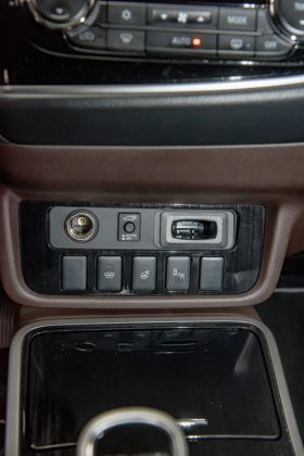 Mitsubishi Outlander PHEV - przyciski na konsoli środkowej