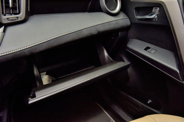 Toyota RAV4 Hybrid - schowek główny