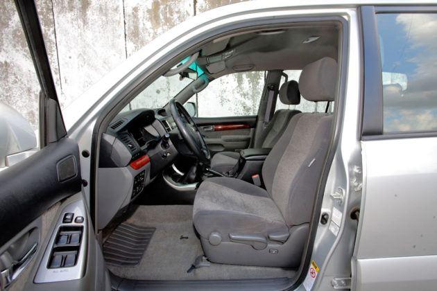 Toyota Land Cruiser J120 - fotel kierowcy