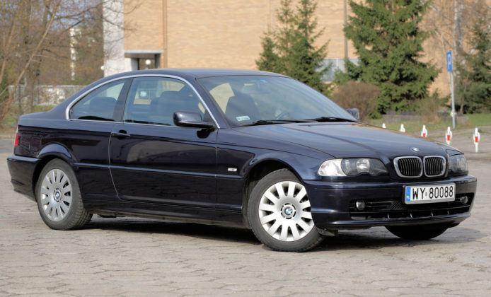 BMW E46 koroduje na dołach drzwi.