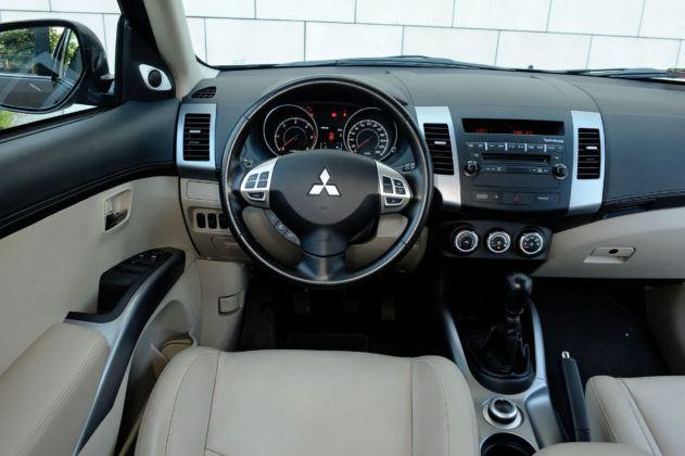 Mitsubishi Outlander II - deska rozdzielcza