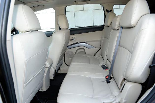 Mitsubishi Outlander II - tylna kanapa