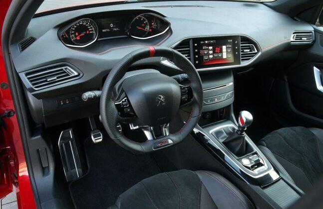 Peugeot 308 II GTi kokpit
