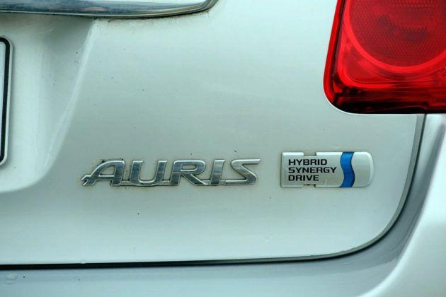 Toyota Auris I Hybrid - logo z tyłu