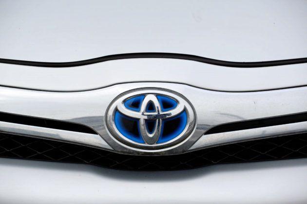 Toyota Auris I Hybrid - logo z przodu