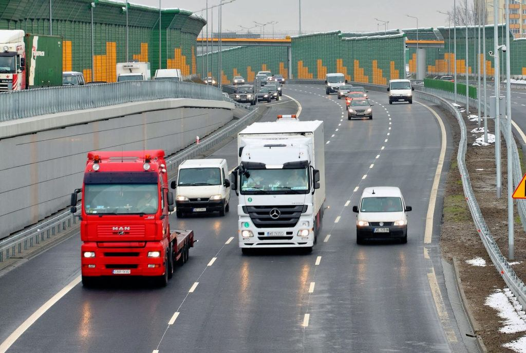 Średni wiek samochodów dostawczych i ciężarowych w Polsce jest mniejszy od wieku aut osobowych.