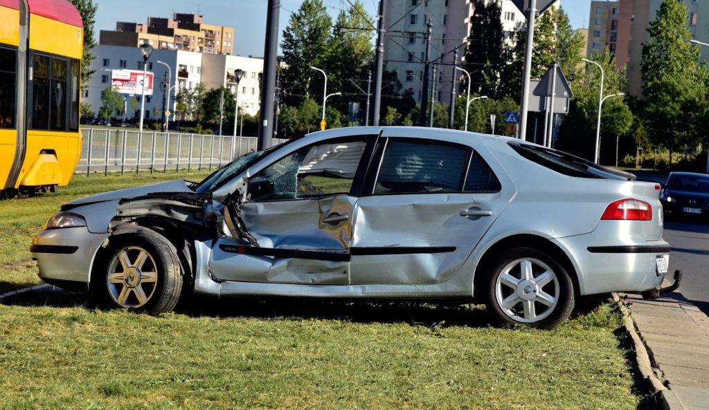 Uderzenie z boku zwykle dyskwalifikuje samochód z dalszej eksploatacji.
