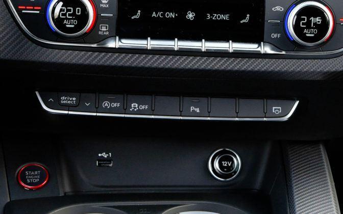Pod panelem klimatyzacji umieszczono przyciski wyboru trybów jazdy (po lewej).