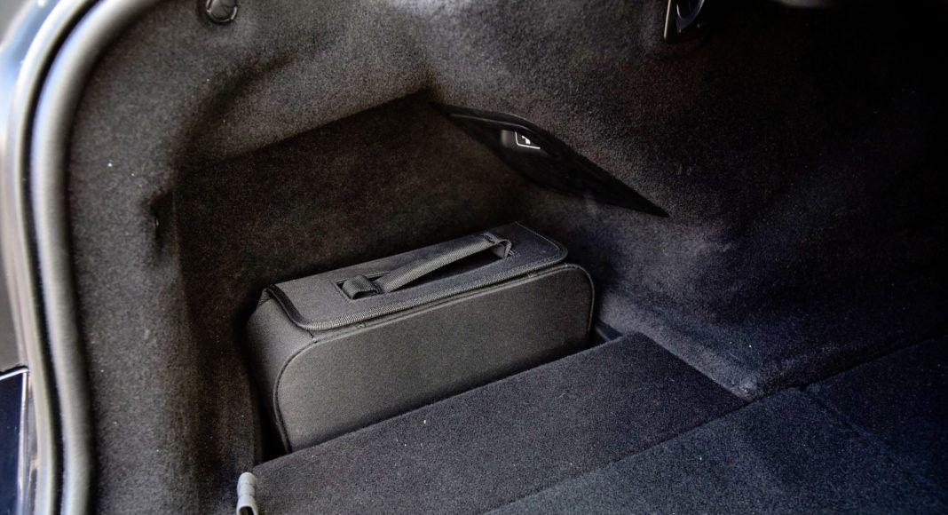 W bagażniku wygospodarowano miejsce na torbę z kablami.