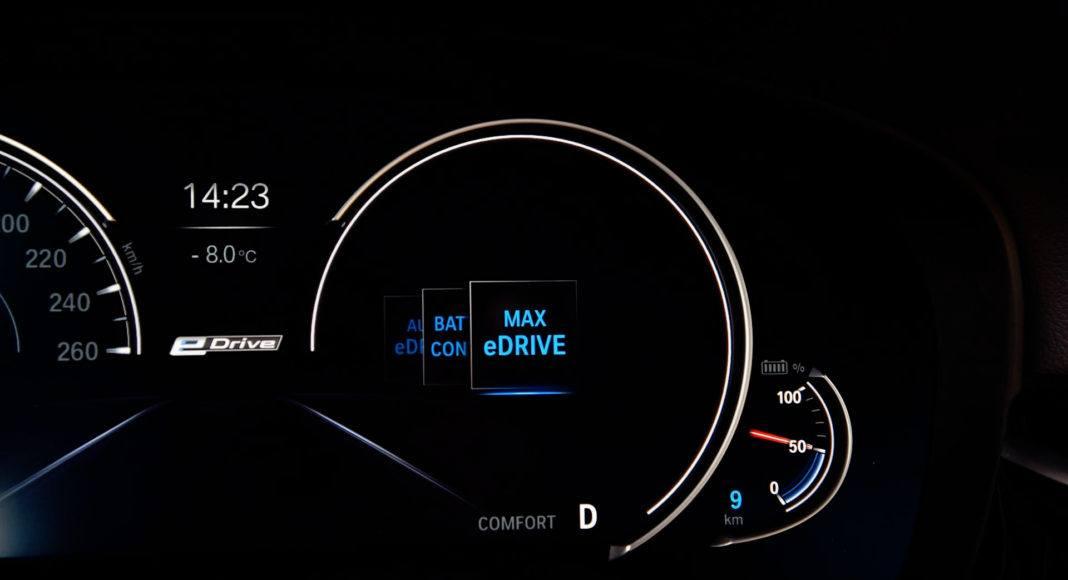 Tryb MAX eDrive wymusza jazdę wyłącznie na silniku elektrycznym.