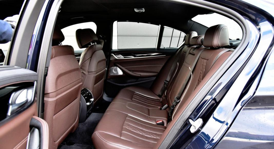 BMW 530e - tylna kanapa