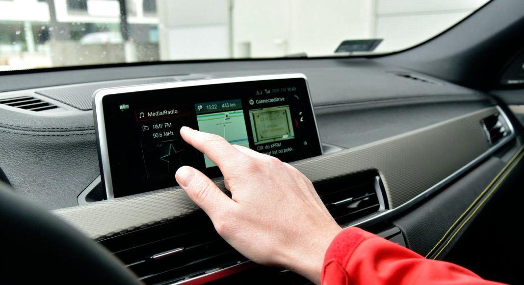 Ekran dotykowy w X2 obsługuje się pokrętłem lub dotykowo.