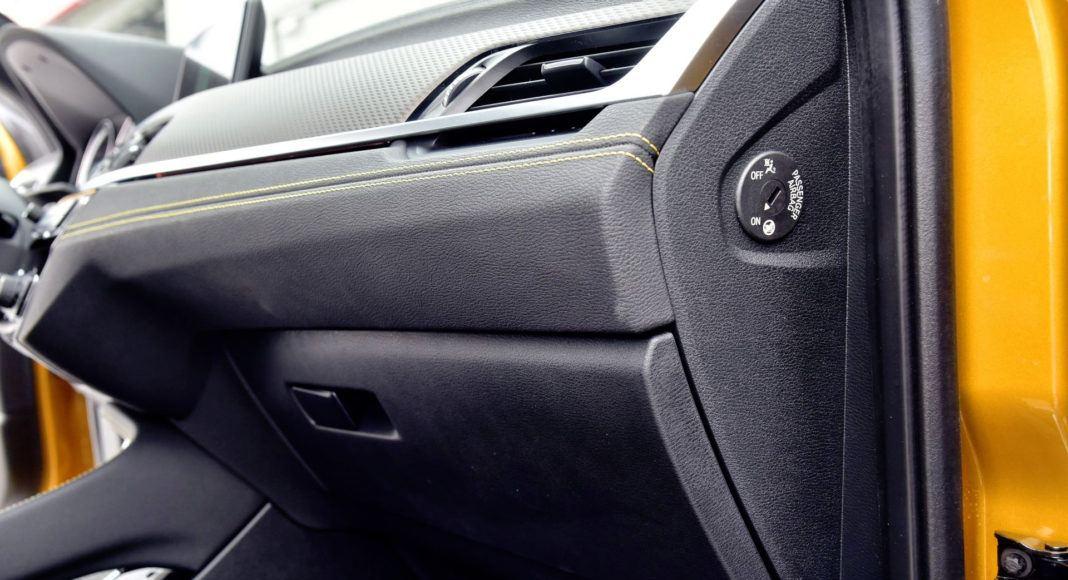 Plastiki w dolnych partiach kokpitu BMW nie zachwycają jakością.