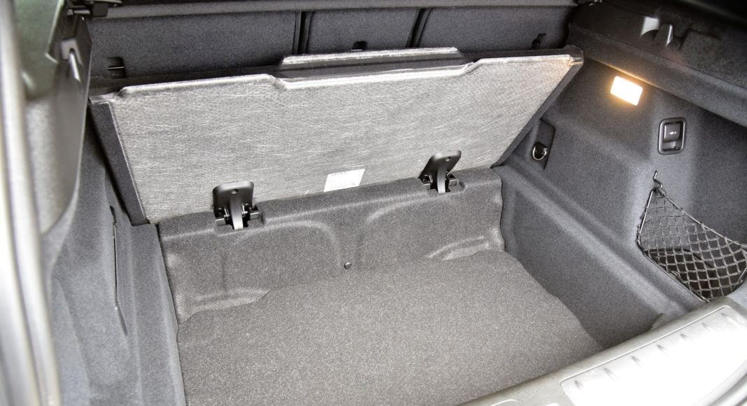 Pod podłogą bagażnika BMW wygospodarowano miejsce na duży schowek.