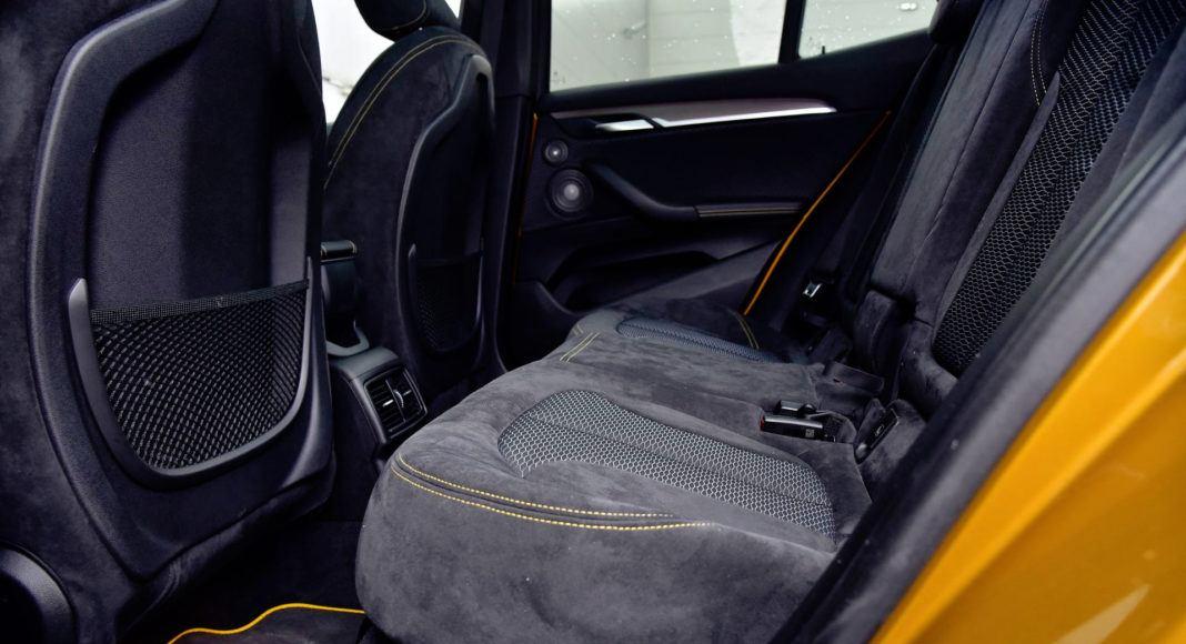 Tylna kanapa BMW jest wygodna, ale nieco brakuje miejsca na nogi.