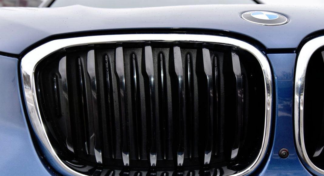Aktywne żaluzje grilla poprawiają aerodynamikę auta. Między nerkami umieszczono kamerę.