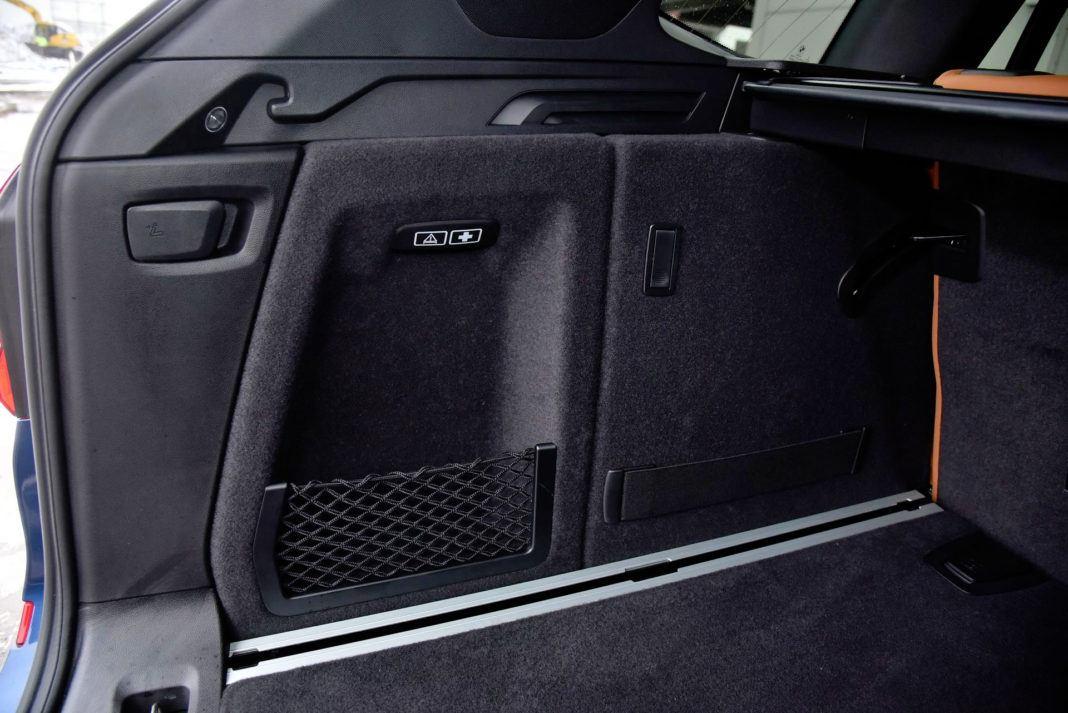 BMW X3 - wnęka w bagażniku