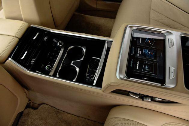 Tylna konsola środkowa w BMW zawiera miejsce na 7-calowy tablet (analogiczny do Audi), uchwyty na napoje i przyciski sterowania fotela.