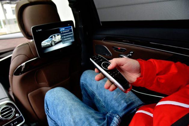 W Mercedesie multimedia z tyłu obsługuje się pilotem.