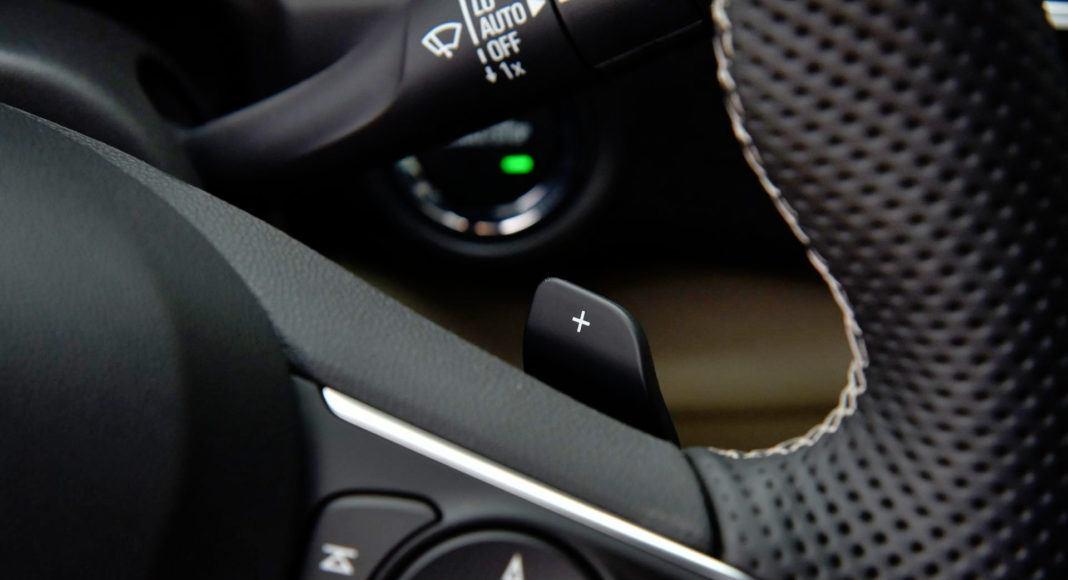 Biegi można zmieniać łopatkami za kierownicą.