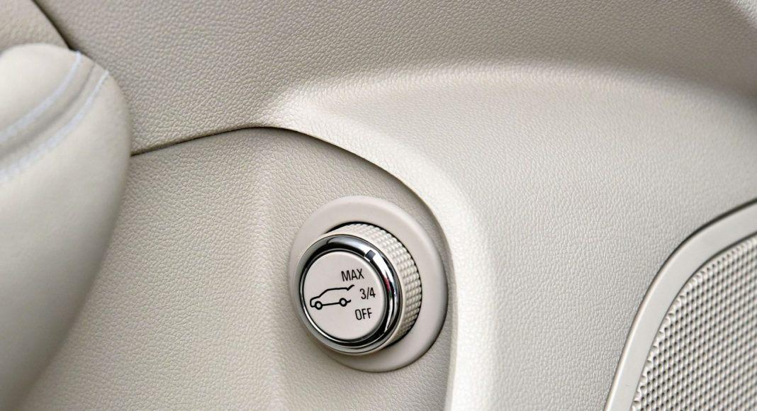 Wysokość automatycznego otwierania klapy można ustawić lub je wyłączyć.