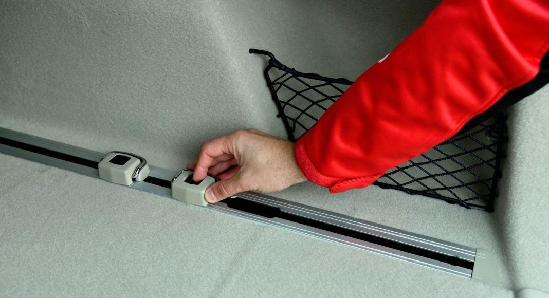 Bagażnik Insignii wyposażono w praktyczne szyby przytrzymujące bagaż.