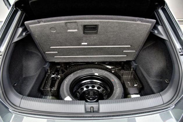 Zakup pełnowymiarowego koła zapasowego uniemożliwia montażu podłogi bagażnika w dwóch poziomach.