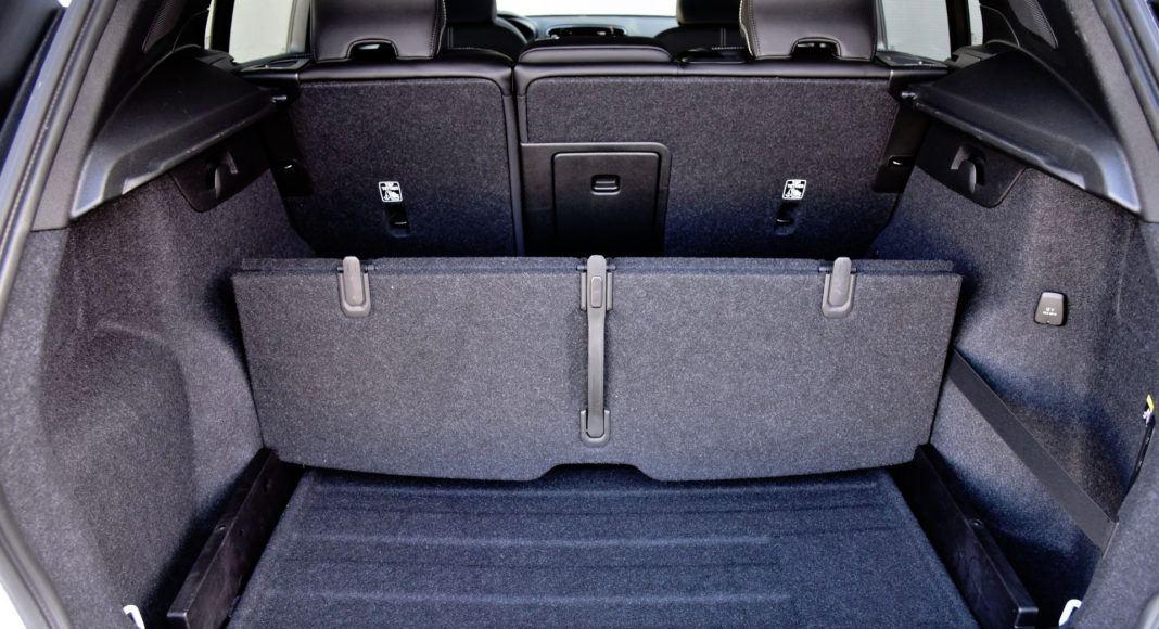 Kufer XC40 wyposażono w praktyczną łamaną podłogę.