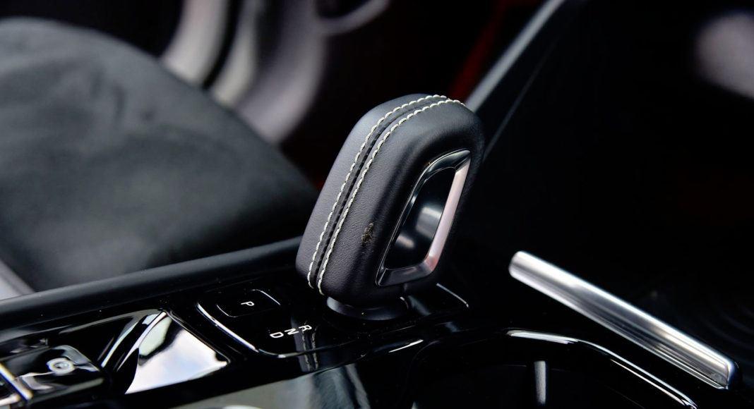 Obsługa dźwigni w Volvo wymaga przyzwyczajenia. Aby wybrać ustawienie D lub R, trzeba najpierw wbić N.